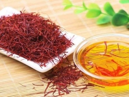 chiet-xuat-hoa-nghe-tay-Saffron-Extra-Whitre