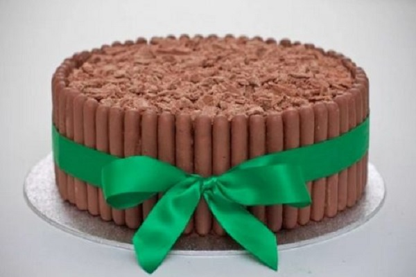 Amazing Cake Recipes Uk: Ten Designs And Recipes For Cakes Made With Chocolate Fingers