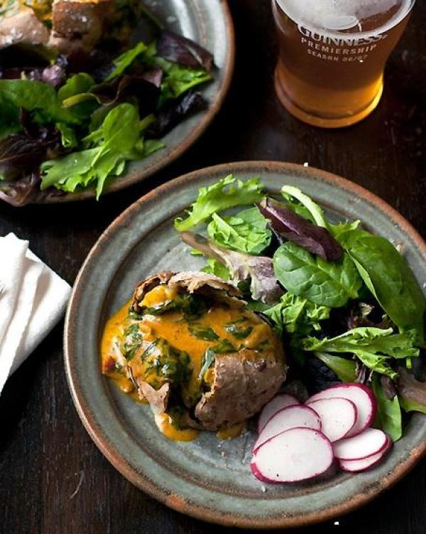 Jacket potato with spinach curry sauce