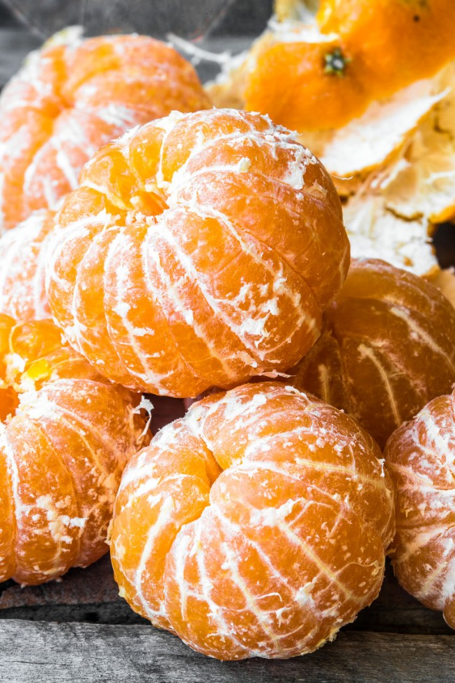Peeled clementines for clementine jam