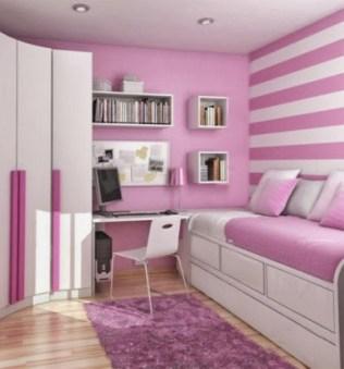 Modelo decoración estudio para chica utilizando papel pintado, dejando libre la pared hacia la que mira la niña.