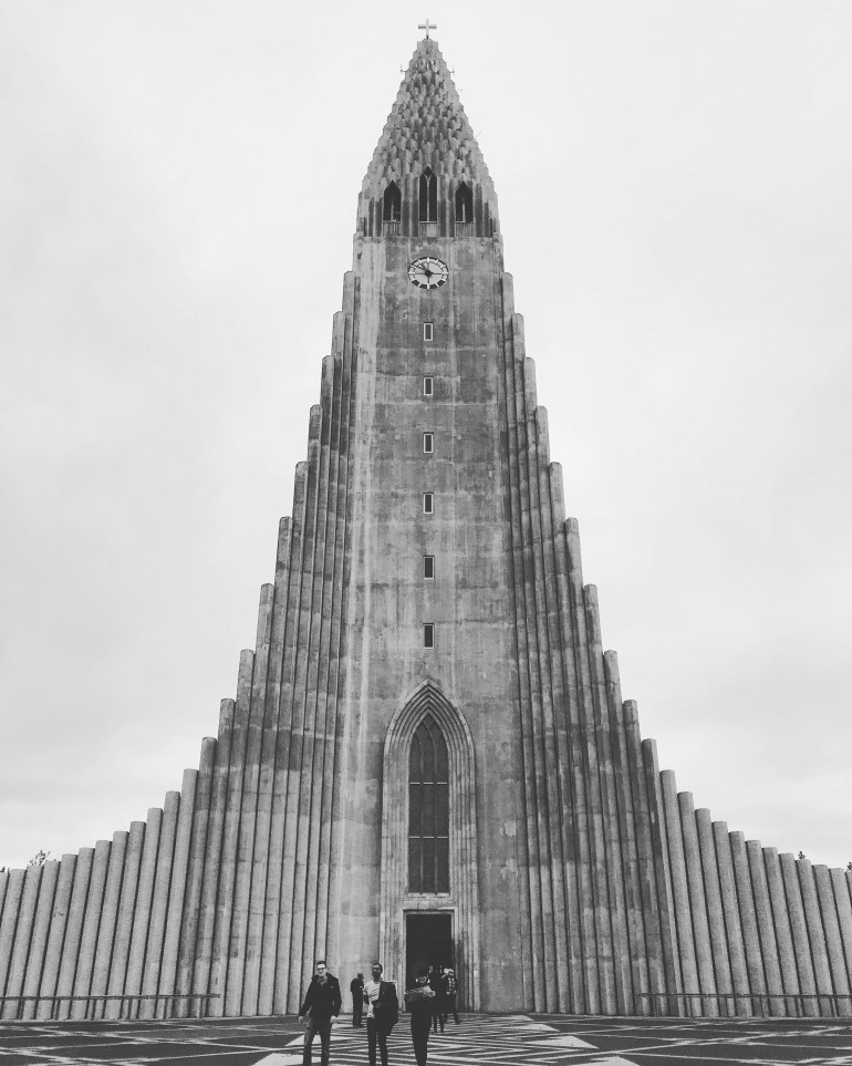 Black and white Hallgrimskirkja in Reykjavik. Photos to visit Iceland from The Wandering Darlings