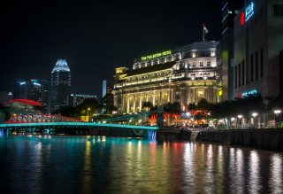 Fullerton Hotel and the illuminated bridge