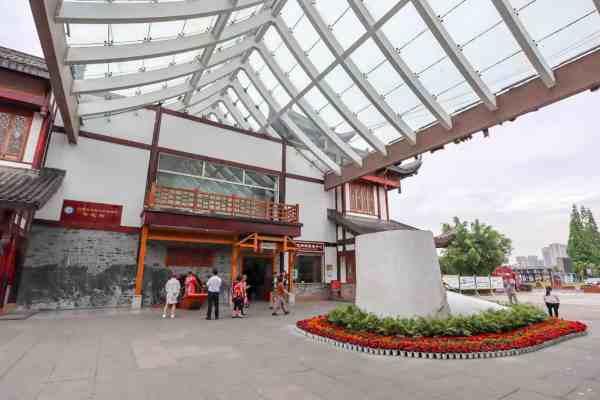 Leshan Buddha from Chengdu, Tourist centre