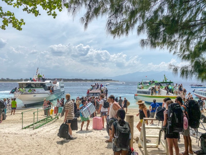 boats and backpackers arriving on Gili T | how to get to Gili T