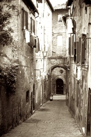 Wandering the Back Streets - Sienna, coming back up the hill