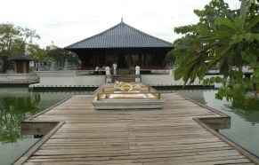 The temple in Beira Lake