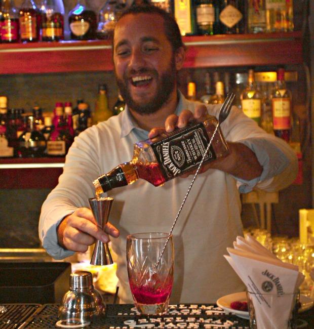 """Ο bartender Γιάννος Πέτρος Πετρής """"παίζει"""" με το Jack Daniel's"""