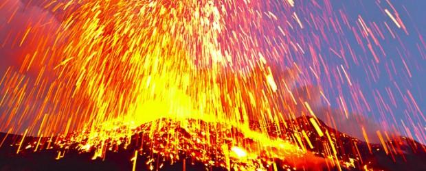 Elevada actividad volcánica continúa en el monte.  Stromboli, Italia.  Durante la madrugada del 10 de enero 2013 desbordamientos de lava nuevas ocurrió en el lado norte y este del cráter SE.  Detonaciones fuertes de grandes burbujas de magma explosión se siente y se escucha en el pueblo cercano.  La actividad ha estado en niveles excepcionalmente altos recientemente.  Desde December 23, 2012 no se han repetido los desbordamientos de lava del cráter terraza, alimentar pequeños flujos en las partes norte y noroeste de la Sciara del Fuoco (véase al final del artículo para más información sobre Sciara del Fuoco).  INGV (Instituto Nacional de Geofísica y Vulcanología) anunció ...