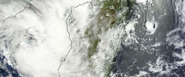 El área previamente de la convección cerca de Madagascar ahora se convirtió en tormenta tropical sistema (16S TC).  Según el último informe conjunto Typhoon Warning Center (JTWC), el sistema se encuentra ahora 19.7S 41.1E, aproximadamente 335 nm oeste de Antananarivo, Madagascar.  El potencial para el desarrollo de un ciclón tropical significativo dentro de las próximas 24 horas se mantiene alta.  Los modelos numéricos indican el desarrollo es probable que en las próximas 12-24 horas.  Los vientos máximos sostenidos en la superficie se estima en 25 a 30 nudos.  Presión mínima del nivel del mar se estima en cerca de 1000 mb.  Temperaturas de la superficie del mar sigue siendo favorable a los 29 y 30 grados centígrados.  Imágenes animadas satélite infrarrojo indica ...