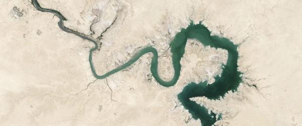 Una gran parte de Oriente Medio perdido reservas de agua dulce rápidamente durante la última década.  Nuevos datos revelan ya una región árida de la Cuenca del Tigris y el Éufrates, que crece incluso más seco debido al consumo humano de agua para beber y para la agricultura.  El equipo de investigación observó el Tigris y el Éufrates cuencas hidrográficas - incluyendo partes de Turquía, Siria, Irak e Irán, y se encontró que 144 kilómetros cúbicos (117 millones de acres-pies) de agua dulce se ha perdido desde 2003 hasta 2009 - el equivalente al volumen del Mar Muerto.  Alrededor del 60% de la pérdida se atribuyó al bombeo de agua subterránea de depósitos subterráneos.  Cuando se contrae una sequía ...