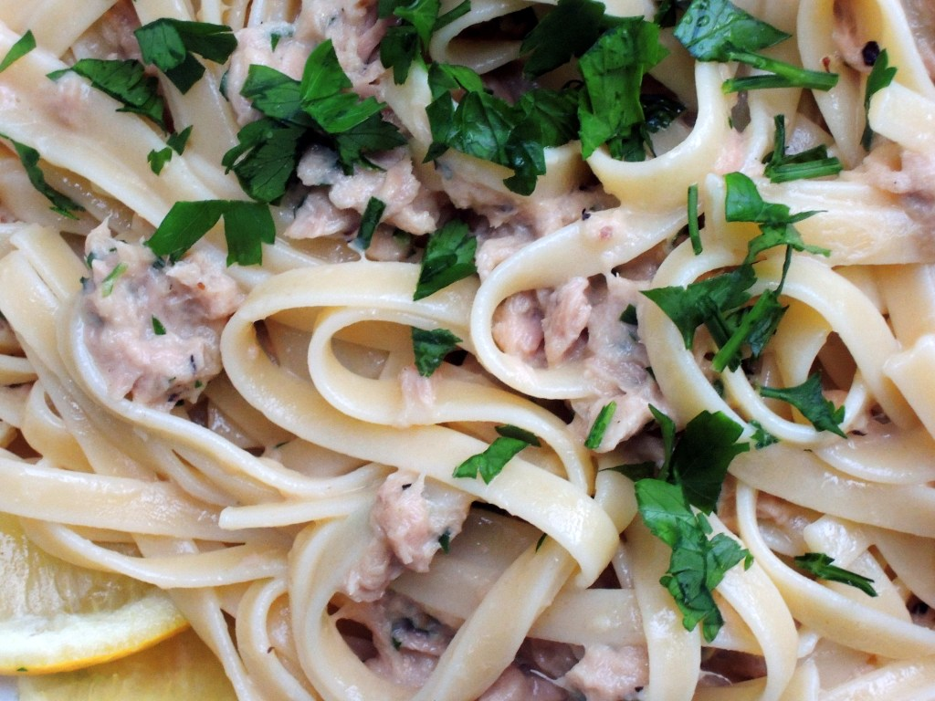 Pasta, fettuccine con sugo di tonno con aglio e panna 2