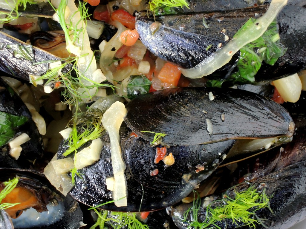 mussels-steamed-in-fennel-pernod-broth-moules-marseillaise-3