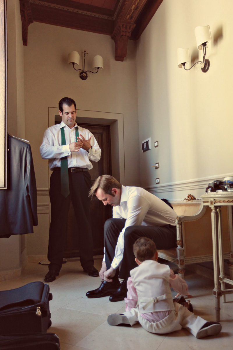 groom preparation. ZA Gallery. www.theweddingnotebook.com