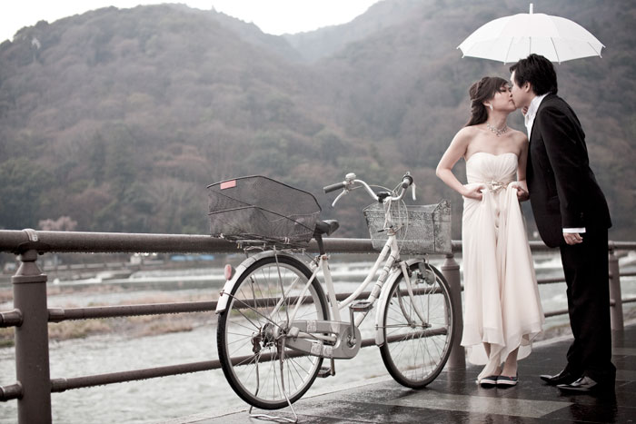 © Eyeshot Studio Photography. Pre-wedding photos at Togetsukyo Bridge at Arashimaya, Kyoto
