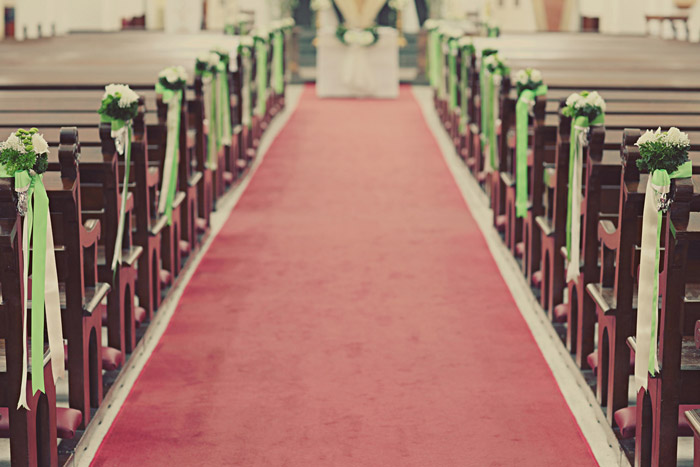 www.theweddingnotebook.com. Photography by One Eye Click. Church décor