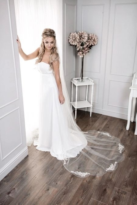 Zara – one layer chapel length veil with a lace applique bottom
