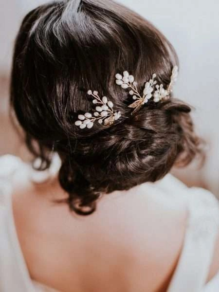 HP4649 – gold hair pin with pearls, metal leaves & diamantes.