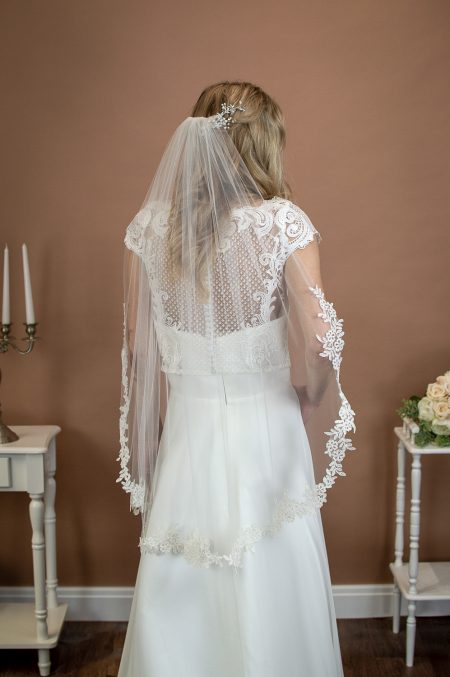 HEATHER – single layer hip length veil with a wavy lace applique edge