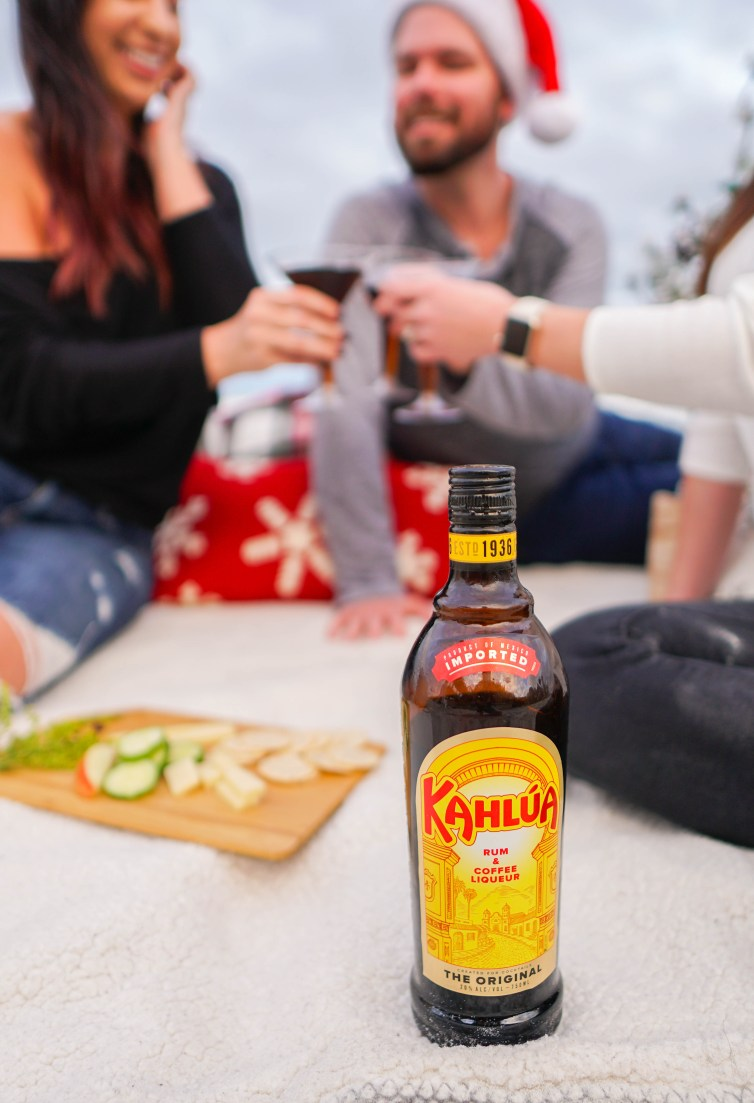 Cold brew martinis with Kahlúa // cold brew martini recipe, happy hour on the beach, holidays on the beach, double date night ideas, cheers, #holidays #coldbrewmartini #Kahlúa #doubledatenight #beachsidepicnic #drinkrecipes #lifestyleblogger #floridablogger #ad