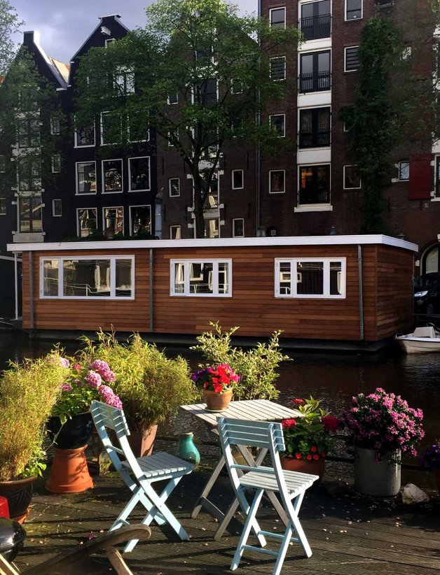 Wake up to ducks floating past your bedroom window, then hop on the metro to work! Here are 10 houseboat communities that are in or near cities.
