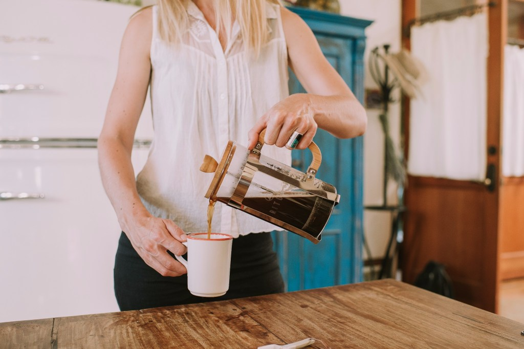 French press - Ditch your Senseo or Nespresso! Let's make coffee without an electric machine! Yes, you can make coffee without electricity.
