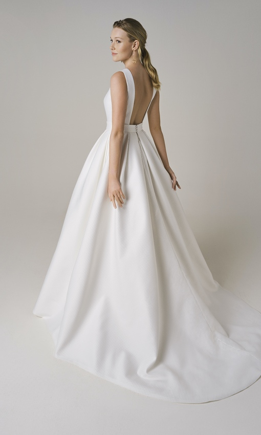 jesus peiro 224 square low back gown