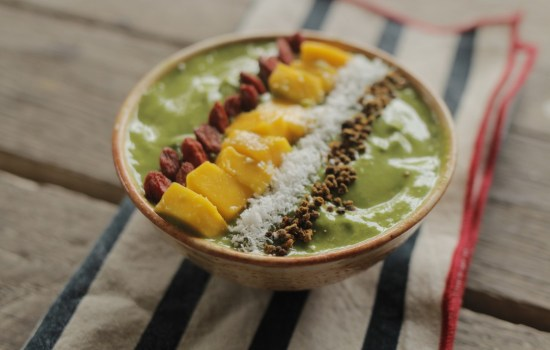 Smoothie bowl de matcha con mango