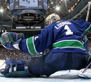 canucks-goalie-roberto-luongo-with-glove-save