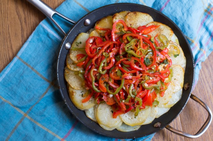 Fried potatoes with medium-spiced peppers and garlic.