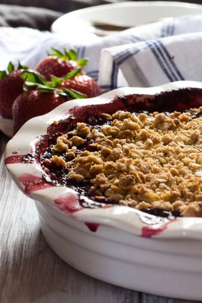 Strawberry blueberry hibiscus crumble