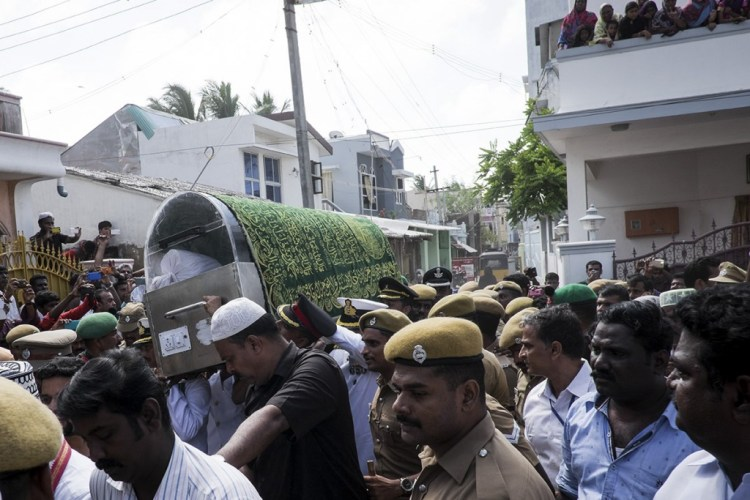 The body of Abdul Kalam covered with the holy 'chaadar' (sheet) being taken from his residence to the nearby mosque for the last rites. © Shuchi Kapoor