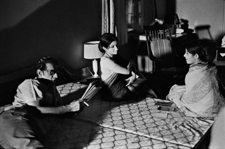 Satyajit Ray and Sharmila Tagore during the filming of Seemabaddha. Credit: Nemai Ghosh/Delhi Art Gallery.