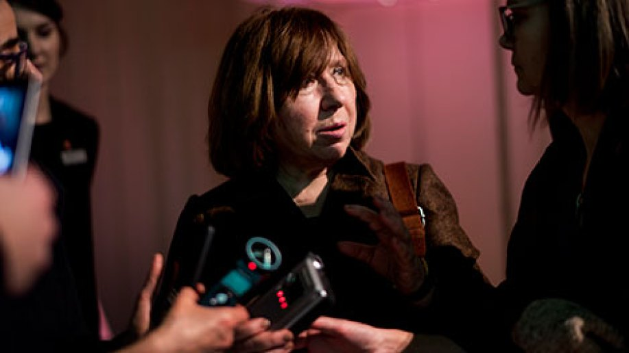 Svetlana Alexievich presenting her gift to the Nobel Museum's collection: one of her five tape recorders, during the 2015 Nobel Laureates' 'Get together' at the Nobel Museum in Stockholm on 6 December 2015. Copyright © Nobel Media AB 2015. Photo: Alexander Mahmoud