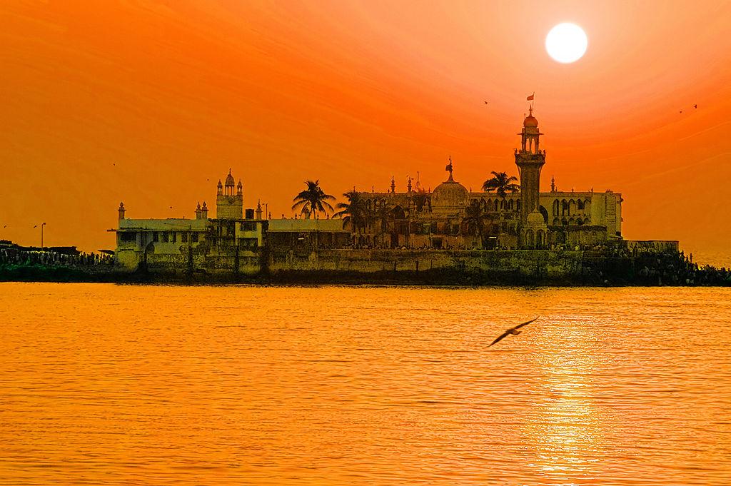 The Haji Ali Dargah off the coast of Mumbai. Credit: Humayunn Peerzada, Wikipedia commons