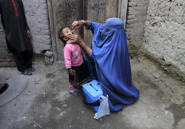 A child receives a polio vaccination during an anti-polio campaign on the outskirts of Jalalabad, Afghanistan, December 1, 2015. Credit: REUTERS/Parwiz/Files
