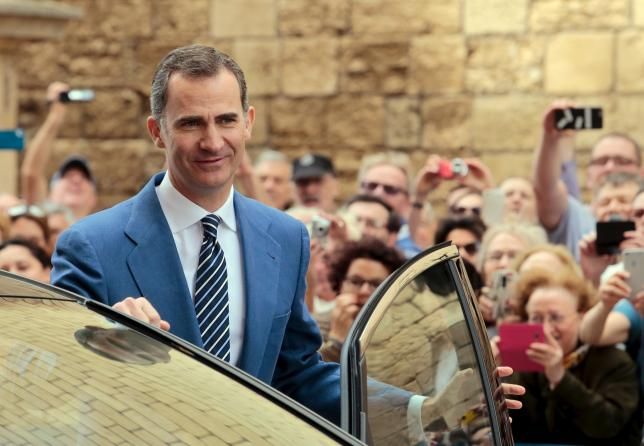 Spain's King Felipe leaves after attending an Easter mass at the cathedral in Palma de Mallorca, on the Spanish Balearic island of Mallorca, Spain, in this March 27, 2016 file photo. Credit: Reuters/Enrique Calvo