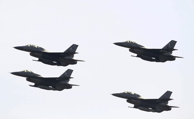 Pakistani F-16 fighter jets fly past during the Pakistan Day military parade in Islamabad, Pakistan, March 23, 2016. Credit: Reuters/Faisal Mahmood