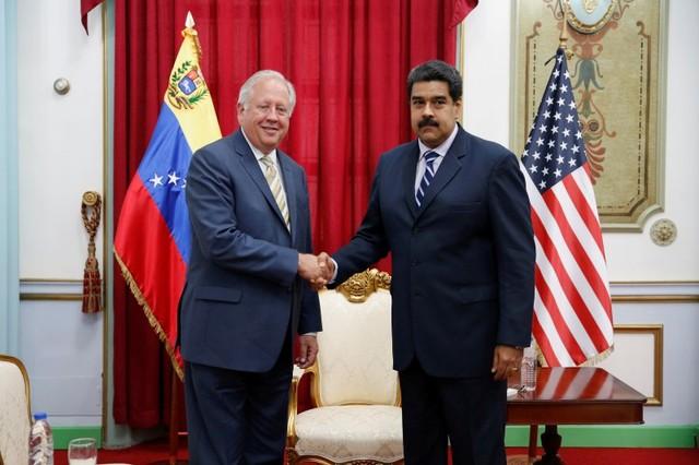 Venezuela's President Nicolas Maduro shakes hands with U.S. diplomat Thomas Shannon during their meeting at Miraflores Palace in Caracas, Venezuela June 22, 2016. REUTERS/Carlos Garcia Rawlins