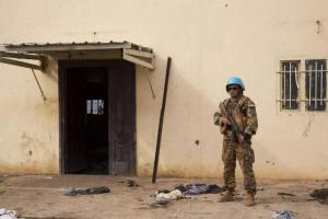 A United Nations peacekeeper stands guard near the scene where about 200 people were killed during an attack in Bentiu, Unity state of South Sudan April 20, 2014. Picture taken April 20, 2014. Credit: Reuters/Emre Rende