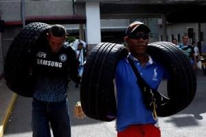 Men carrying tyres cross the Colombian-Venezuelan after shopping in Colombia, in San Antonio del Tachira, Venezuela, July 17, 2016. Credit: Reuters/Carlos Eduardo Ramirez