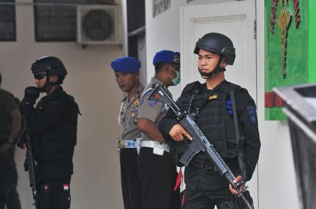 Indonesian security forces stand guard at the hospital where a body believed to be that of the country's most-wanted militant, Santoso, who was killed in a clash with security forces, is lying in Palu, Central Sulawesi, Indonesia July 19, 2016 in this photo taken by Antara Foto. Antara Foto/Fiqman Sunandar/ via REUTERS