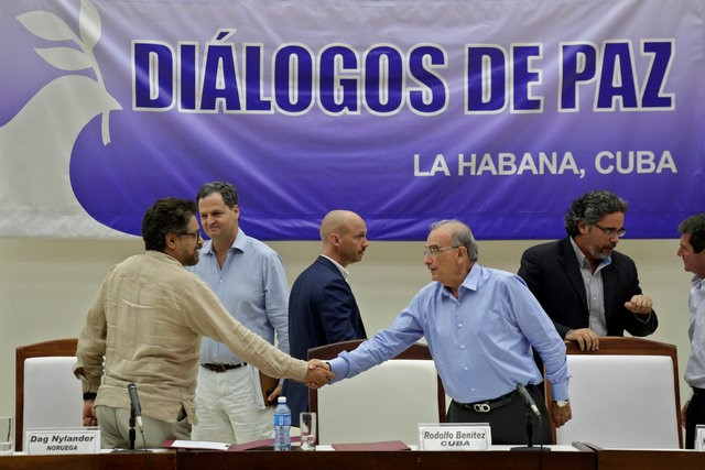 Colombia's lead government negotiator Humberto de la Calle (R) and Colombia's FARC lead negotiator Ivan Marquez shake hands after signing the protocol and timetable for the disarmament of the FARC in Havana, Cuba, August 5, 2016. Enrique de la Osa, Reuters/Files