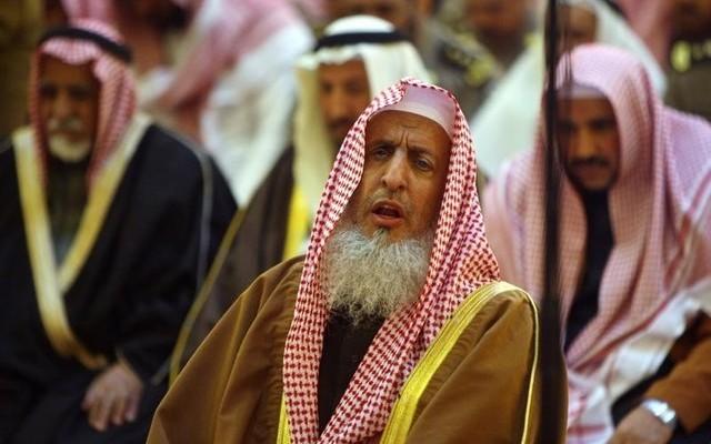 File Photo: Saudi Arabia's Grand Mufti Sheikh Abdulaziz Al al-Sheikh prays at the Grand Mosque in Riyadh February 6, 2008. Reuters/Ali Jarekji/Files