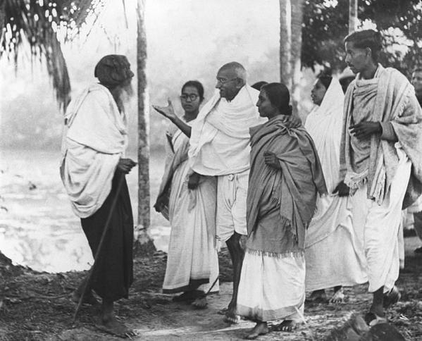 Gandhi speaking to Muslims in Noakhali. Credit: Twitter