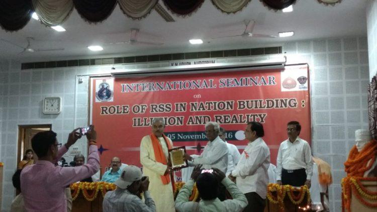 RSS Varanasi chief Abhay Kumar, the keynote speaker at a seminar on the RSS in Banaras Hindu University being felicitated. Credit: Wire staff