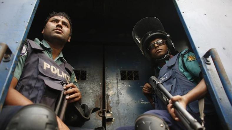 عناصر من شرطة بنجلادش في داكا - صورة من أرشيف رويترز.