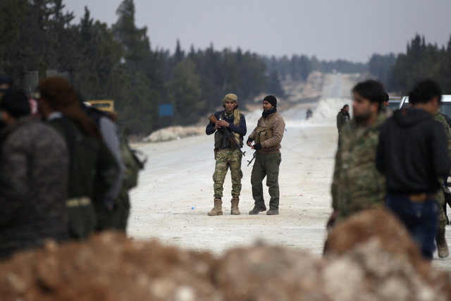 Free Syrian Army fighters carry their weapons as they stand on the outskirts of the ISIS controlled northern Syrian town of al-Bab, Syria February 4, 2017. Picture taken February 4, 2017. Credit: Reuters
