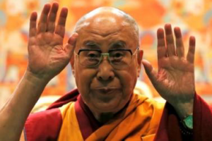 Tibet's exiled spiritual leader the Dalai Lama gestures as he arrives to give a public religious lecture to the faithful in Strasbourg, France, September 17, 2016. Credit: Reuters/Vincent Kessler