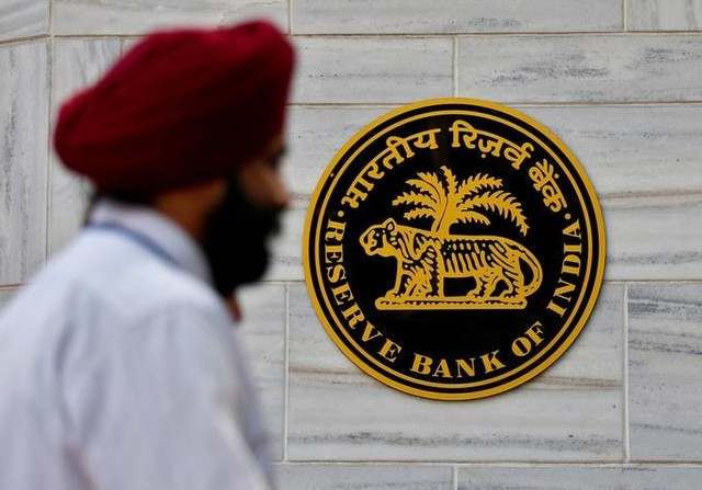 People walk past the Reserve Bank of India (RBI) head office in Mumbai, India, November 9, 2016. Credit: Reuters